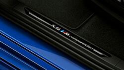 """Обробка дверних порогів з позначенням """"X5 M Competition""""."""