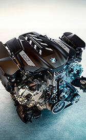 8-ЦИЛІНДРОВИЙ БЕНЗИНОВИЙ ДВИГУН BMW M TWINPOWER TURBO.